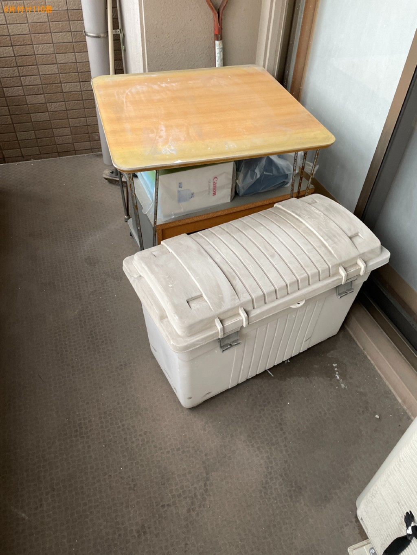 折り畳みベッド、布団、テーブル、ダンボール、収納ケース等